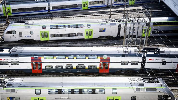 Züge fahren am Bahnhof Bern ein und aus.