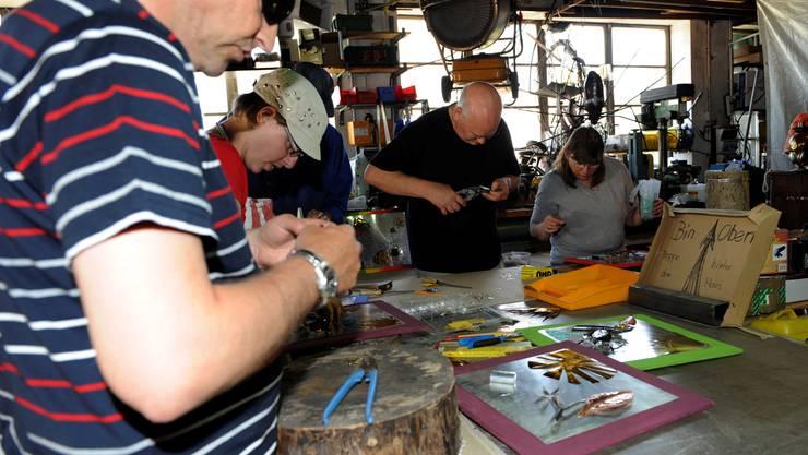 Gemeinsam mit Künstler Erwin Bader kreieren Sehbehinderte Menschen ein Kunstwerk für Zuhause.
