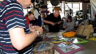 Sehbehinderte Menschen kreieren ein Kunstwerk für Zuhause