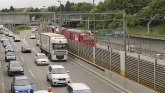 Osttangente: Stau auf der Autobahn 2 im Stadtgebiet von Hagnau bis Gellert.