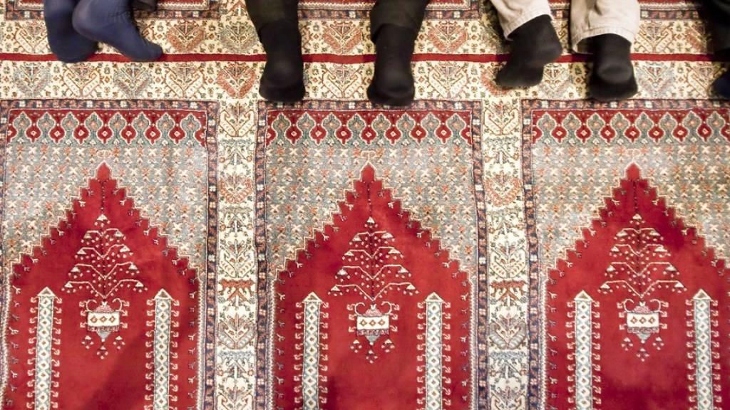 Gläubige beten in der Moschee der Bosnisch-Islamischen Gemeinschaft in St. Gallen. Eine Publikation der Uni Freiburg hat jetzt eine neue Wissenschaftsdisziplin dokumentiert, die das Zusammenleben von Muslimen und Schweizern reflektiert. (Archivbild)