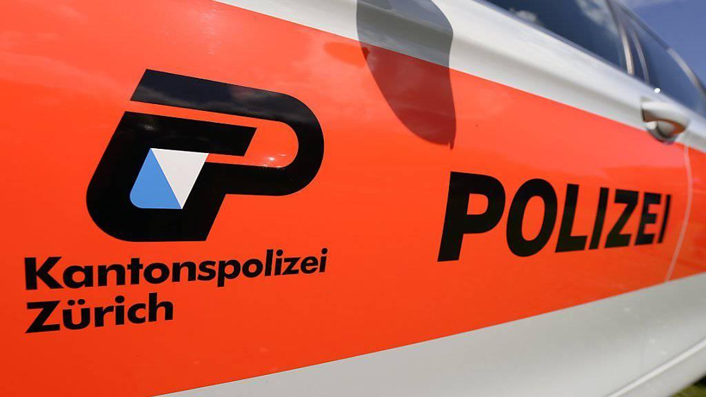 Polizist springt auf Motorhaube eines Fluchtautos
