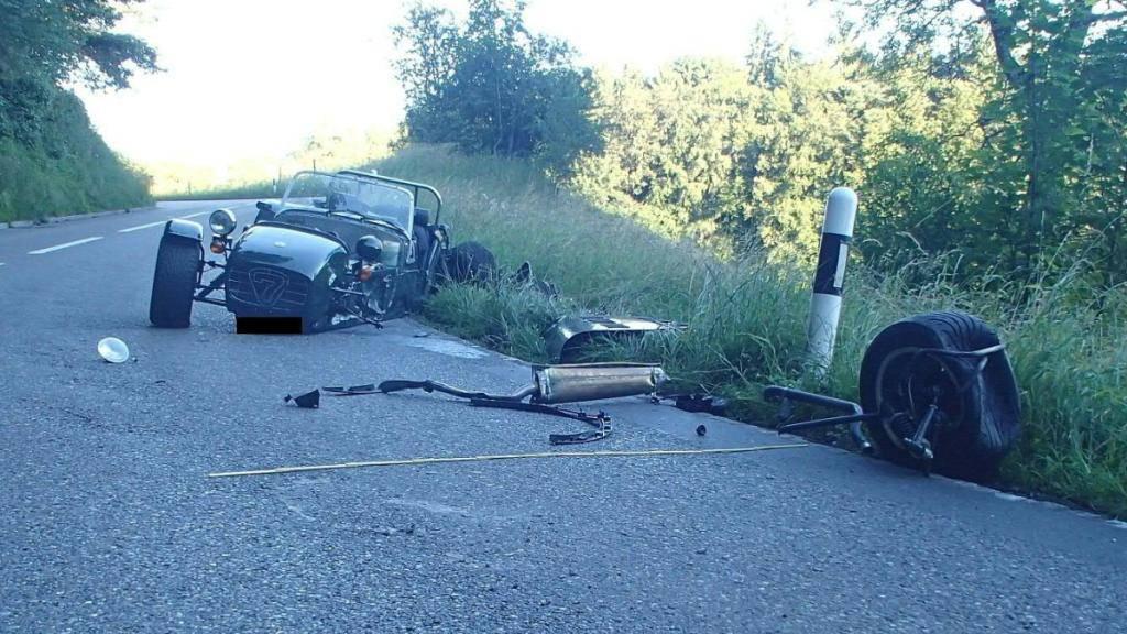 Der Caterham-Sportwagen wurde bei der Kollision mit einem entgegenkommenden Auto in Schöftland AG zertrümmert.
