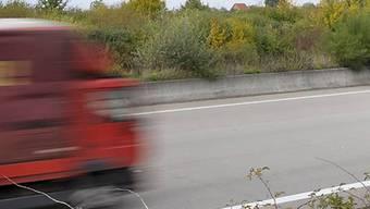 Radfahrerin gerät auf die Autobahn