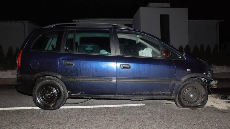 Der Lenker des blauen Opels prallte in eine Mauer und blieb unverletzt.