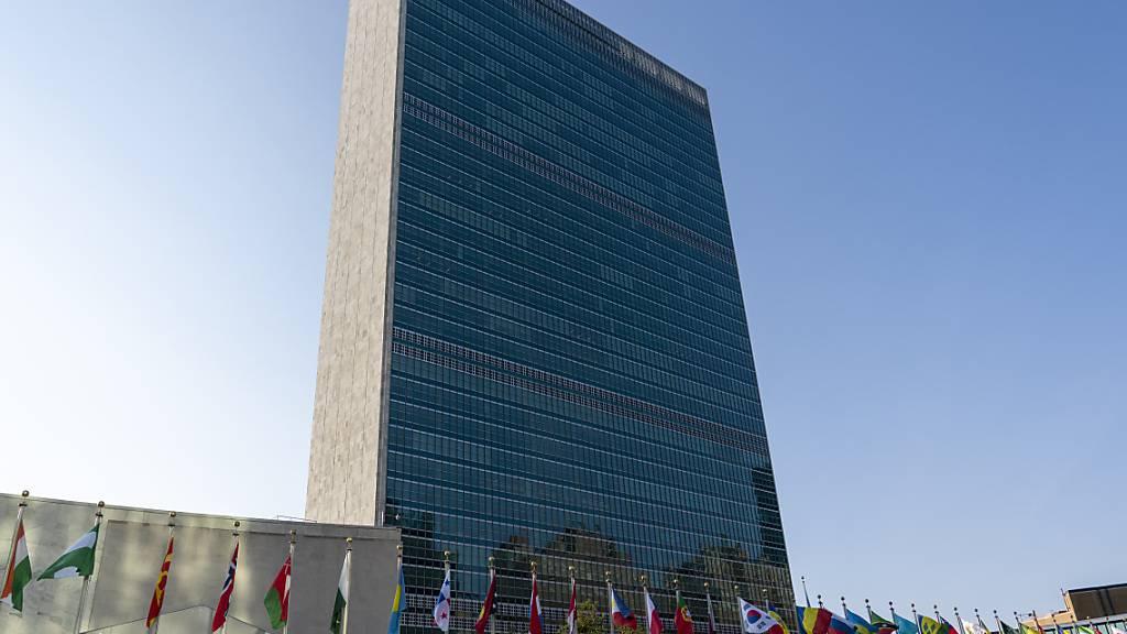 ARCHIV - Fahnen der UN-Mitgliedsstaaten wehen zu Beginn der Generaldebatte der 75. Vollversammlung vor dem Hauptquartier der Vereinten Nationen. Foto: Mary Altaffer/AP/dpa