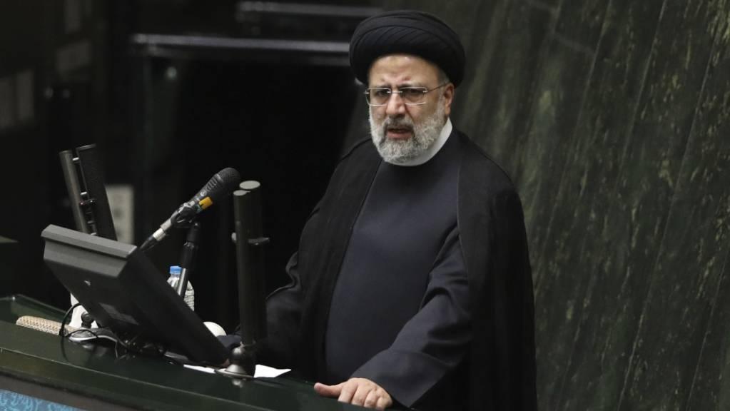 Ebrahim Raisi, Präsident des Iran, spricht während einer Parlamentssitzung.