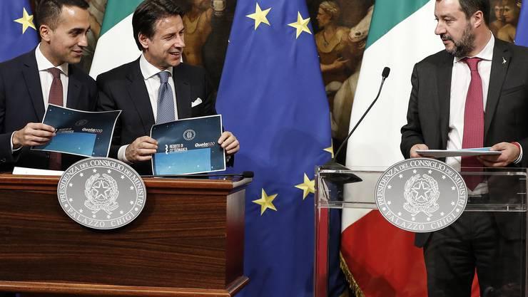 Da war die Welt noch in Ordnung: Premierminister Giuseppe Conte (Mitte), und seine Vizepremiers Luigi Di Maio (links) und Matteo Salvini (rechts).