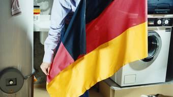 Tschüss: Einzelne deutsche Einwanderer packen resigniert ihre Koffer. (Stefan Jäggi)