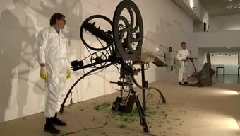 Jean Tinguelys Zertrümmerungsmaschine ist wieder aktiv