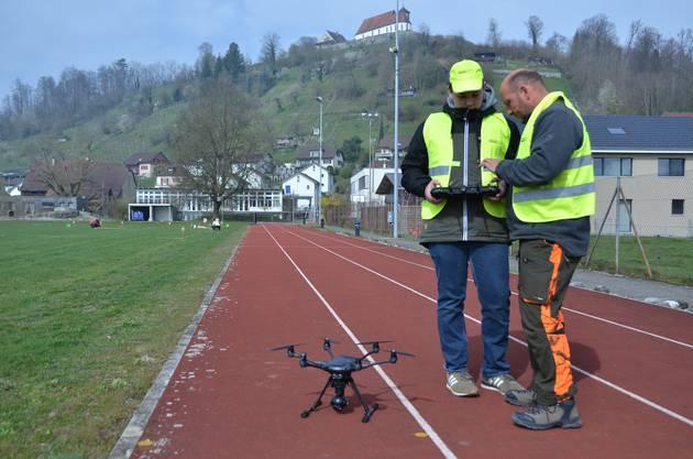 Ein anderes Drohnenmodell mit zusätzlichen – aber lauteren – Rotorblättern.