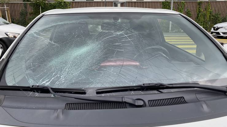 Windisch AG, 24. September: Eine 84-jährige Autofahrerin fährt eine Fussgängerin an und verletzt sie leicht. Die Lenkerin muss den Ausweis abgeben.