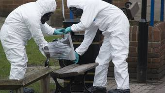 Auf dieser Parkbank wurden Julia Skripal und ihr Vater vergiftet aufgefunden. Die Tochter lehnt die Hilfe der russischen Botschaft in London nach dem Fall ab. (Archiv)