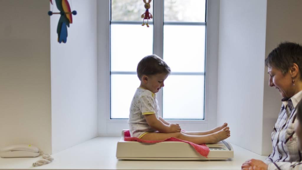Wächst und nimmt das Kind zu im gleichen Rahmen zu wie Altersgenossen? Die WHO-Referenzwerte führen womöglich zu Fehldiagnosen. (Symbolbild)