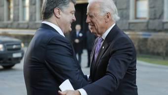 Poroschenko (l.) begrüsst den US-Vizepräsidenten Biden in Kiew