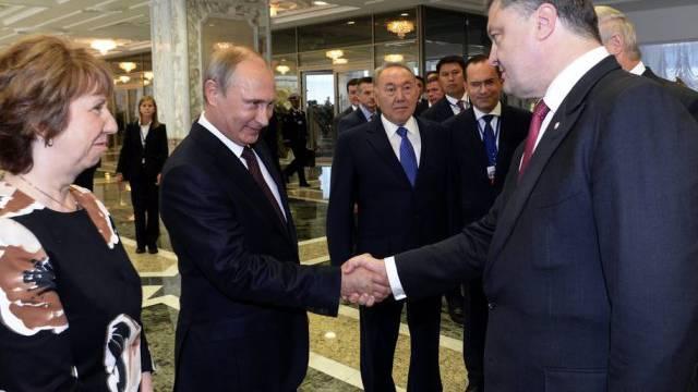 Händedruck zum Auftakt des Treffens