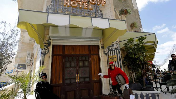 "Anlehnung an Waldorf? Das ""Walled Off Hotel"" des Künstlers Banksy eröffnet am Samstag in Bethlehem."