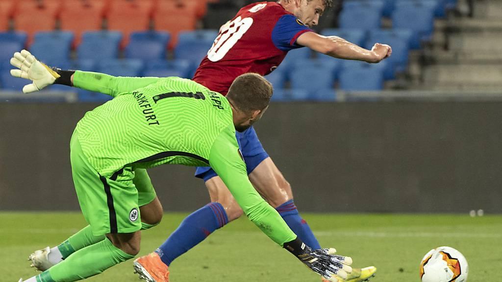 Fabian Frei umkurvt Frankfurts Goalie Kevin Trapp und schiesst spät das 1:0 für Basel