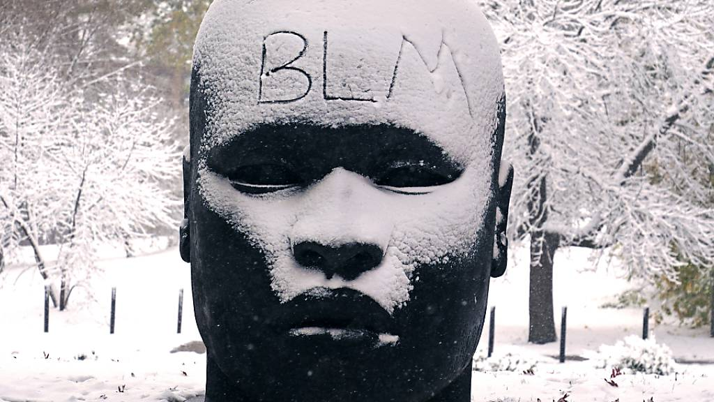ARCHIV - «BLM» steht auf der verschneiten Stirn der Skulptur «Eternal Presence» vor dem «National Center of Afro-American Artists» geschrieben. Die Abkürzung «BLM» steht für die Menschenrechtsbewegung «Black Lives Matter». Foto: Charles Krupa/AP/dpa