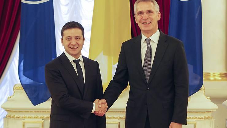 Ab nächstem Montag soll es nach den Worten von Präsident Wolodymyr Selenskyj (l) zu einem weiteren Truppenabzug in der Ostukraine kommen. Bei dem Empfang von Nato-Generalsekretär Stoltenberg (r) in Kiew bekräftigte Selenskyj, dass die Ukraine eine Mitgliedschaft in der Nato anstrebe.