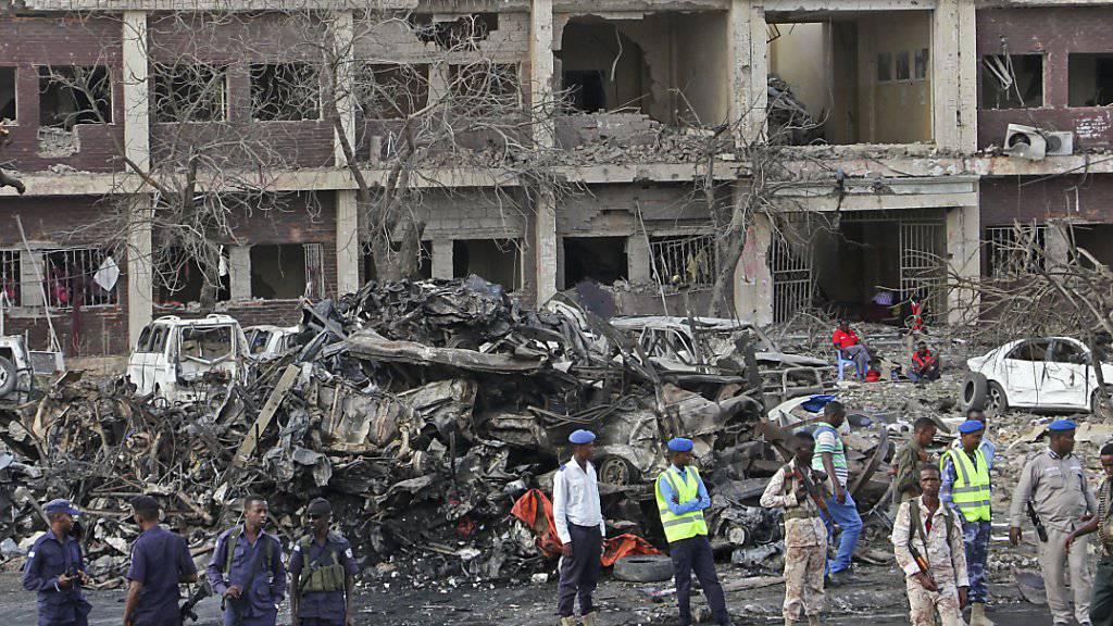 Zerstörte Gebäude, verbrannte Autos: Einen Tag nach der gewaltigen Explosion suchen Rettungskräfte unter den Trümmern weiter nach Anschlagsopfern.