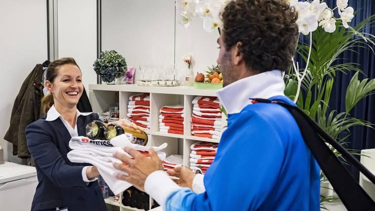 Traditionelles Ritual im Turnierbüro von Madlaina Barth: Die Spieler (hier der Holländer Jean-Julien Rojer) holen vor dem Training Bälle und Handtücher.