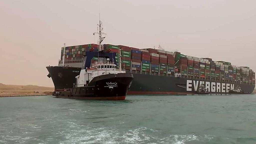 Die ägyptischen Behörden rechnen damit, dass die Blockade des Suez-Kanals durch ein quer stehendes Container-Schiff in Kürze wieder beseitigt werden kann.