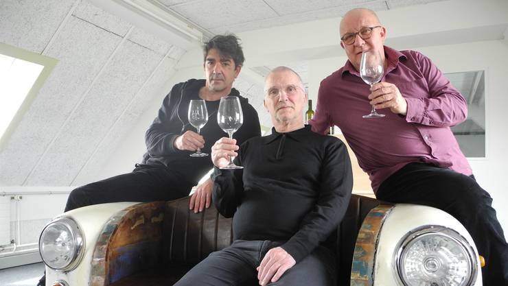 Jens Wachholz, Pedro Haldemann und Hanspeter Bader (v.l.) bei der «Wein-Probe» im Roamer-Gebäude. Im Übrigen wirkt auch Iréne Roth (Ausstattung) mit.
