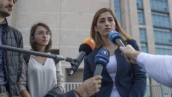 Am Dienstag ist in Istanbul der Prozess gegen die deutsche Journalistin Mesale Tolu (rechts) fortgesetzt worden. Ihr wird Mitgliedschaft in einer terroristischen Organisation vorgeworfen. EPA/SEDAT SUNA