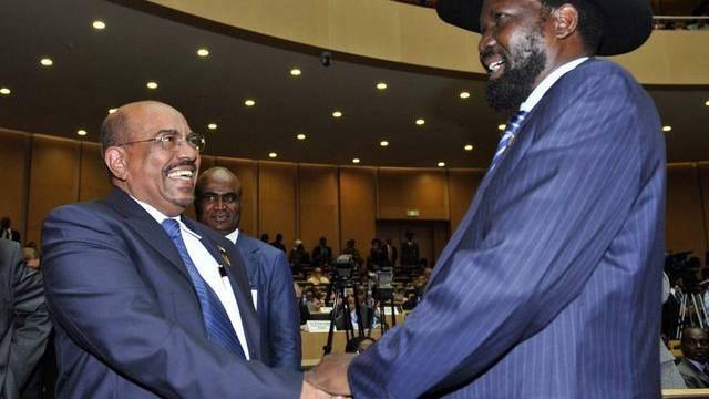 Der sudanesische Präsident Omar al-Baschir (l.) mit seinem südsudanesischen Amtskollegen Salva Kiir in Addis Abeba (Archiv)