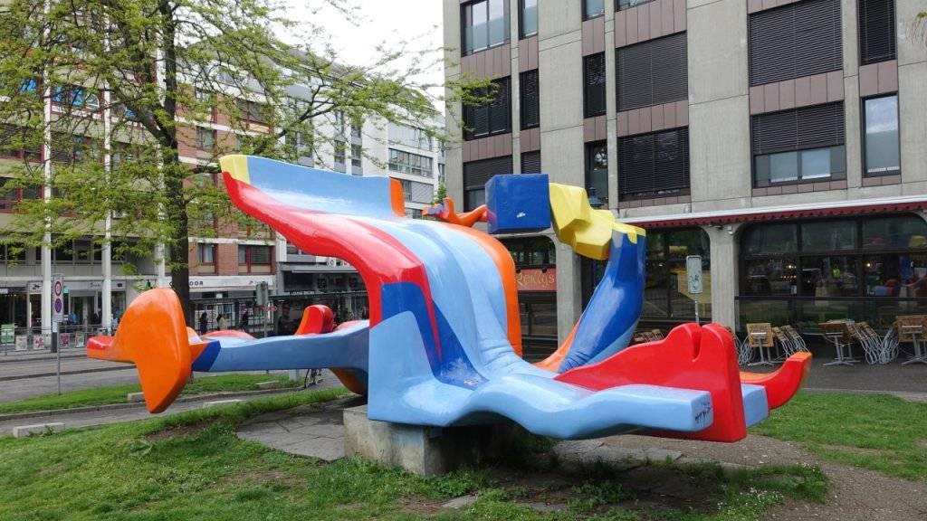 Die auf der Heuwaage aufgestellte grellbunte Skulptur «Lieu dit» von Michael Grossert löste 1976 eine heftige politische Debatte über aktuelle Kunst aus.