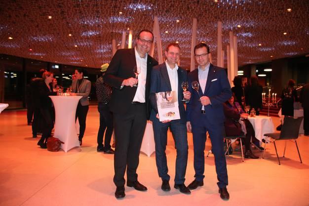 Marvin Portmann vom Stadthaus Burgorf, Christoph Bohren vom Sternen und Volker Beduhn vom Bären Dürrenroth freuen sich über das Kochbuch
