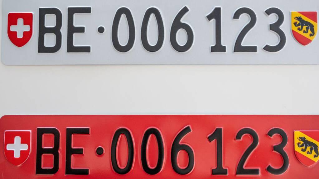 Mit dem unteren roten Schild entfällt das Umhängen an den Heck-Veloträger. Ab März 2022 ist es erhältlich.