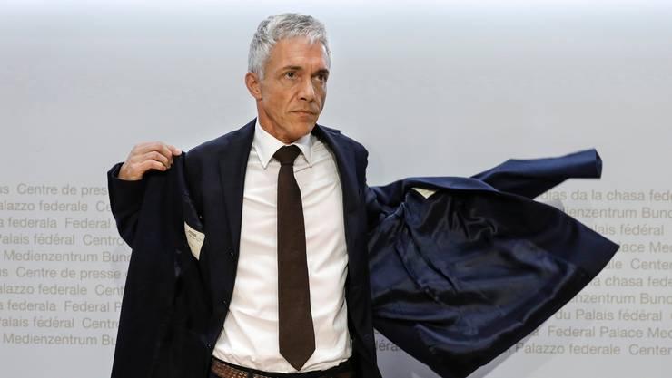 Verzichtet er auf Wiederwahl, muss er mit leeren Taschen abtreten: Bundesanwalt Michael Lauber. Hier im Mai 2019 nach einer Medienkonferenz in Bern.  (KEYSTONE/Peter Klaunzer)