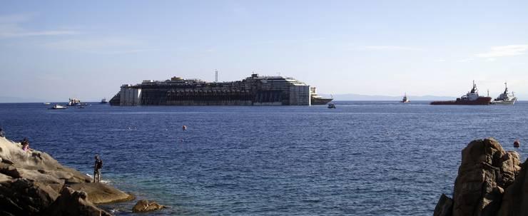 Die Costa Concordia vor der Insel Giglio