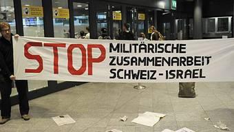 Protestaktion der Gruppe Scheiz ohne Armee am Flughafen Zürich. Foto: Keystone