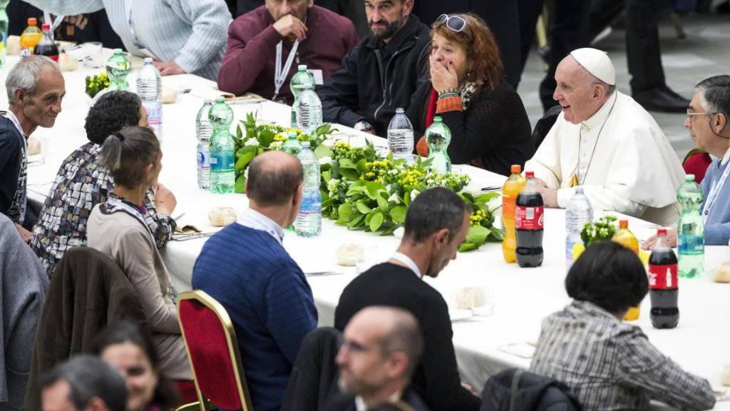 Papst Franziskus (2. von rechts)  nahm nach der Messe mit Bedürftigen eine Mahlzeit ein.