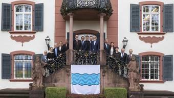 Feierlicher Akt: Die Gemeindeammänner vor der Propstei unterzeichneten den Fusionsvertrag in der Propstei in Wislikofen. (Dezember 2019)