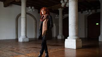 Heidi Gruber in der leeren Säulenhalle, wo letztes Jahr noch Kaffeeduft in der Luft lag und über Filme diskutiert wurde.