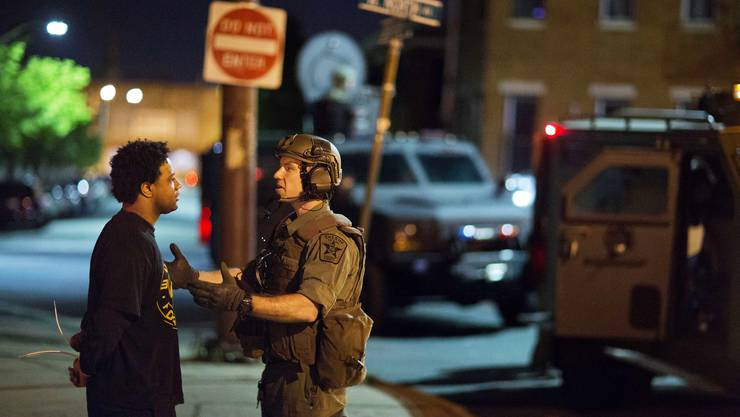 Die Polizei in Baltimore ist gegen hunderte Demonstranten vorgegangen, die der nächtlichen Ausgangssperre in der US-Grossstadt getrotzt haben.