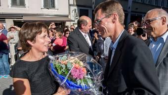 Vor vier Jahren fuhr die SP in Aarau einen historischen Sieg ein. Im Bild die neue Stadtpräsidentin Jolanda Urech (SP) bei der Entgegennahme der Gratulation von Lukas Pfisterer (FDP). Jolanda Urech tritt nicht mehr an. Welche Partei jubelt dieses Jahr?
