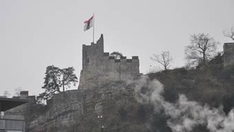 Die defekte Stadtfahne auf dem Schloss Stein. AEB
