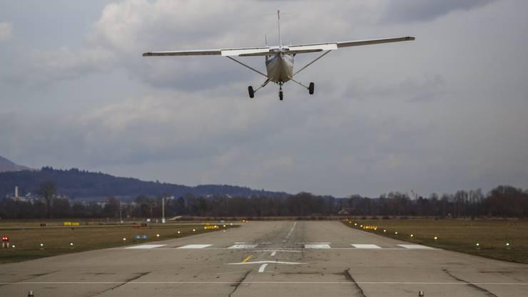 Der Pilot und ein Passagier blieben unverletzt. (Symbolbild)