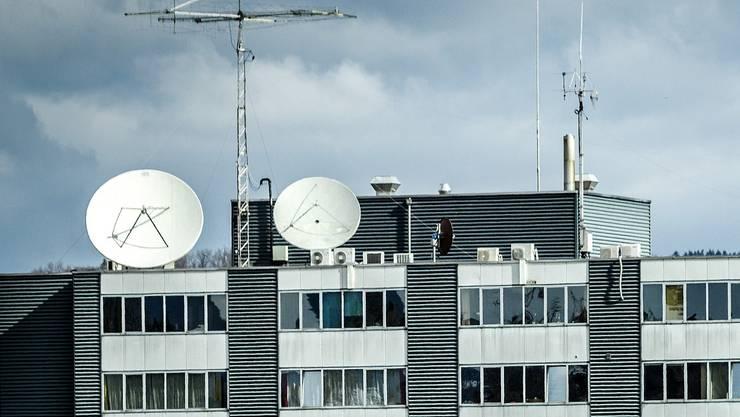 Der Fall der Firma Wavecom in Bülach ZH sorgt schweizweit für Schlagzeilen. Das Unternehmen betreibt auf dem Dach des Firmengebäudes eine mutmasslich illegale Abhöranlage.