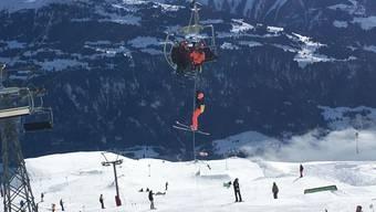 Im Skigebiet von Laax GR mussten am Freitag einige Wintersportgäste den Sessellift auf ungewöhnliche Art verlassen. Zum Glück spielte das Wetter mit.