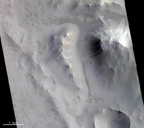 Helle und dunkle Streifen in der Locras Vallis Region auf dem Mars.