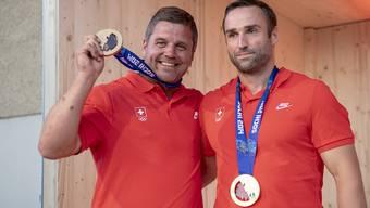 Beat Hefti (links) und Alex Baumann (rechts) freuen sich über die nachträgliche Goldmedaillen-Feier in Schwellbrunn