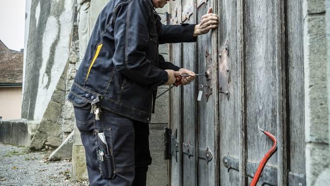 az-Redaktorin Katja Schlegel stand mit klopfendem Herzen und dem Schlüssel in der Hand im Aarauer Spittelgarten. Doch erst mit der Hilfe eines Mitarbeiters der Stadt liess das Portal sich öffnen.