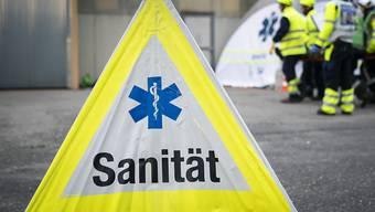Ein Lastwagen-Chauffeur stürzte von seinem Gefährt und verletzte sich dabei schwer. (Symbolbild)