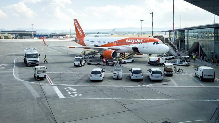 Ein Bahnanschluss würde noch mehr Flüge generieren, sagen die Gegner, und fordern eine Umweltverträglichkeitsprüfung.